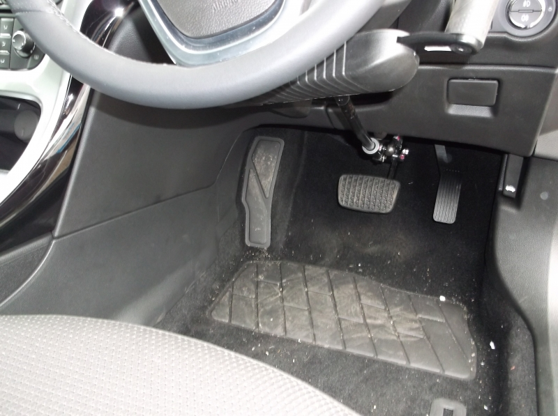 Jeff Gosling right hand brake accelerator fitted to a 2014 Vauxhall Astra showing single bar operation for increased leg space